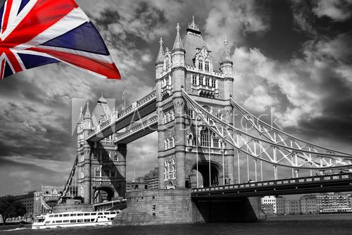 Fototapeta London Tower Bridge z kolorową flagą Anglii