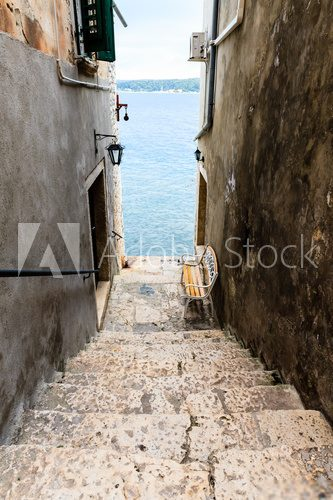 Groovy Wąskie schody do morza w Rovinj, Chorwacja - Schody - Fototapety YJ56